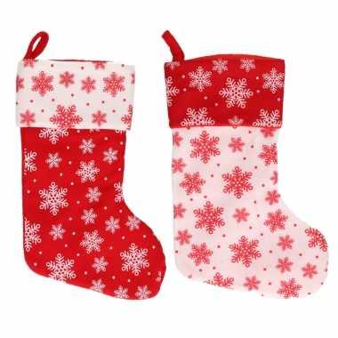 2x stuks rood/witte kerstsokken met kerst sneeuwvlokken print 40 cm