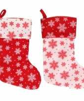 2x stuks rood witte kerstsokken met kerst sneeuwvlokken print 40 cm